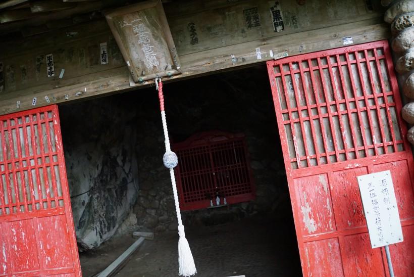 石橋山の戦に敗れた源頼朝が、夜襲を避けて潜伏したとされる洞窟