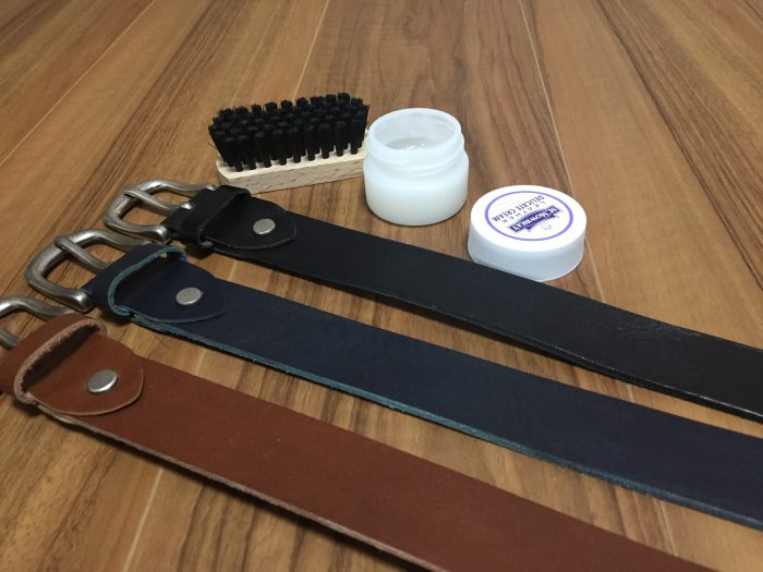 革(レザー)ベルトのお手入れは、ブラッシングのちデリケートクリームを素手で塗りぬり